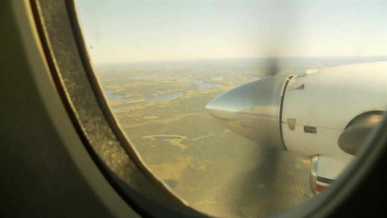 Neskantaga est située à environ 500 km au nord de Thunder Bay. Il n'y a aucun vol direct pour arriver à destination. L'avion a effectué 4 arrêts.