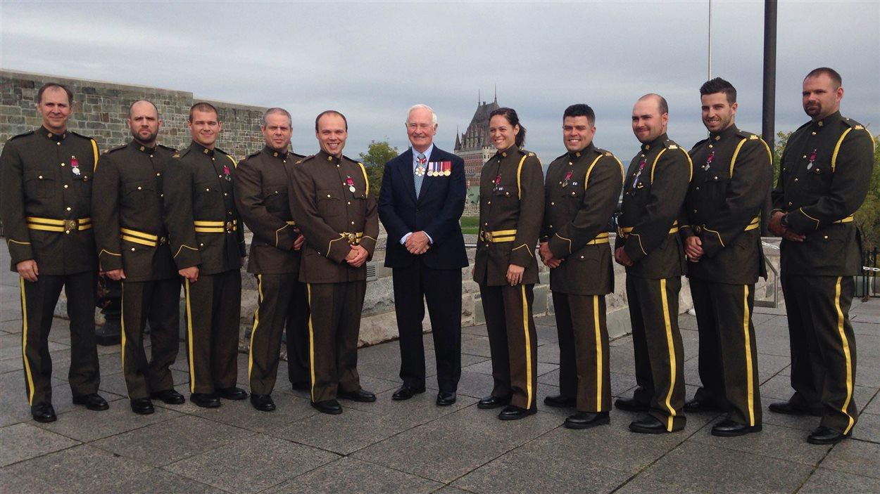 Le gouverneur général David Johnston entouré des récipiendaires de la médaille de la bravoure