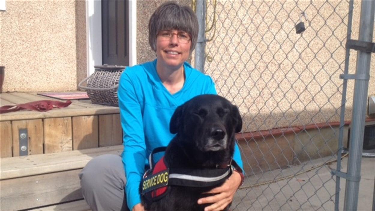 Lori Michaud et son chien d'accompagnement Sadie