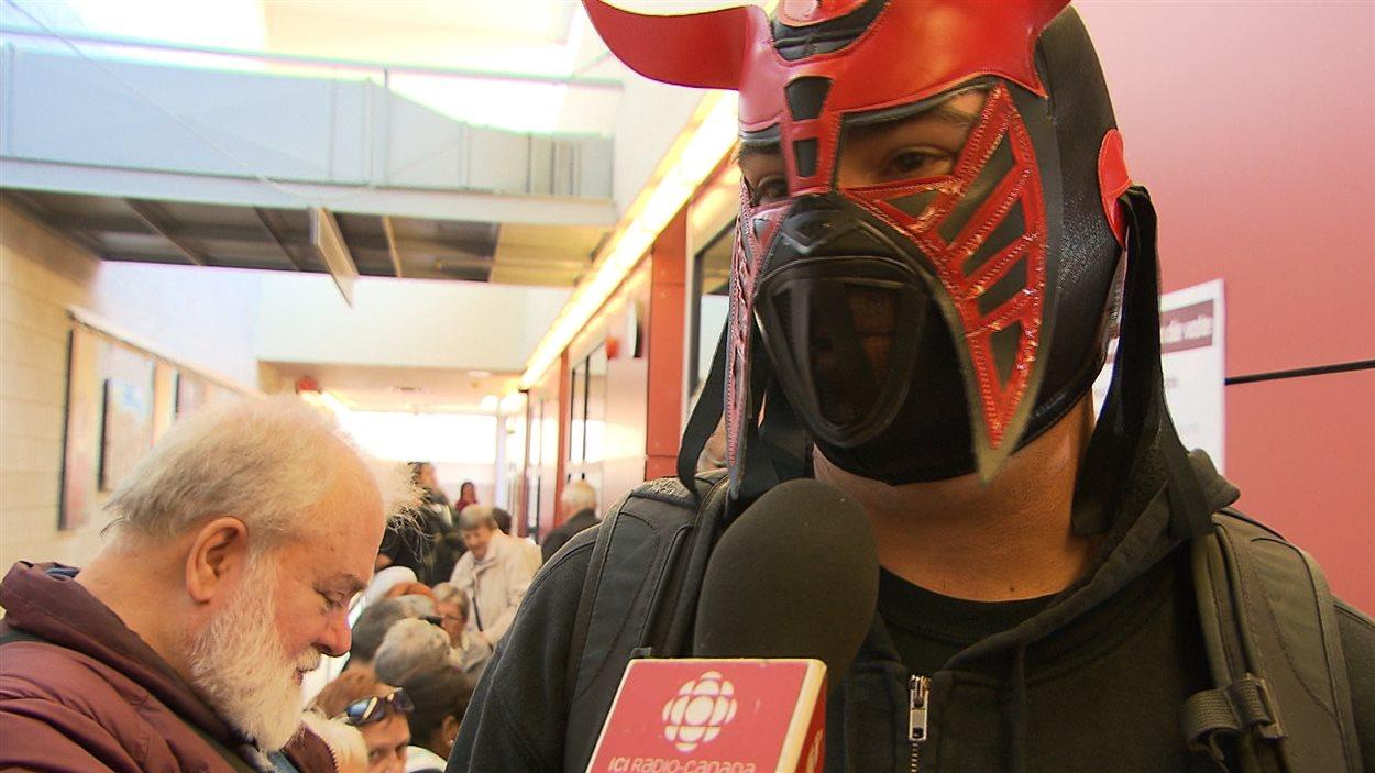 Un jeune homme s'est présenté au bureau de vote par anticipation portant un masque.