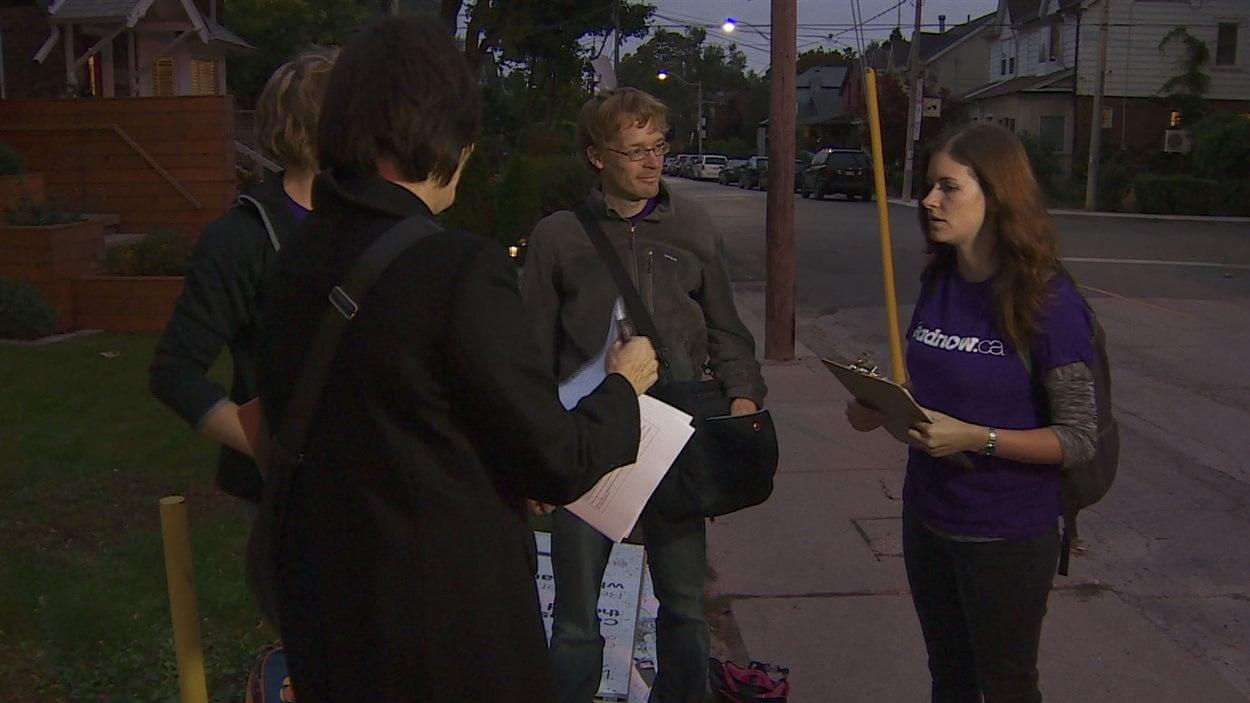 Des bénévoles font campagne pour le vote stratégique dans la circonscription d'Eglinton-Lawrence au centre-ville de Toronto.