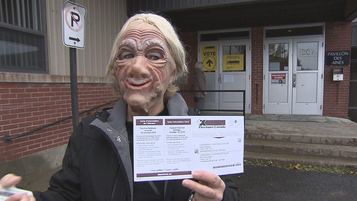 Une femme masquée vote par anticipation à Shawinigan