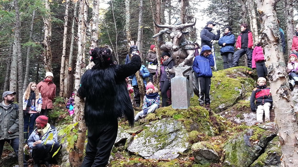 Le conte est agrémenté par les sculptures de Luc Malenfant, comme ce minotaure.