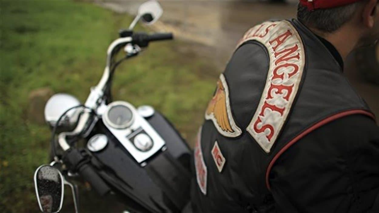 Un motard arbore un blouson des Hells Angels.