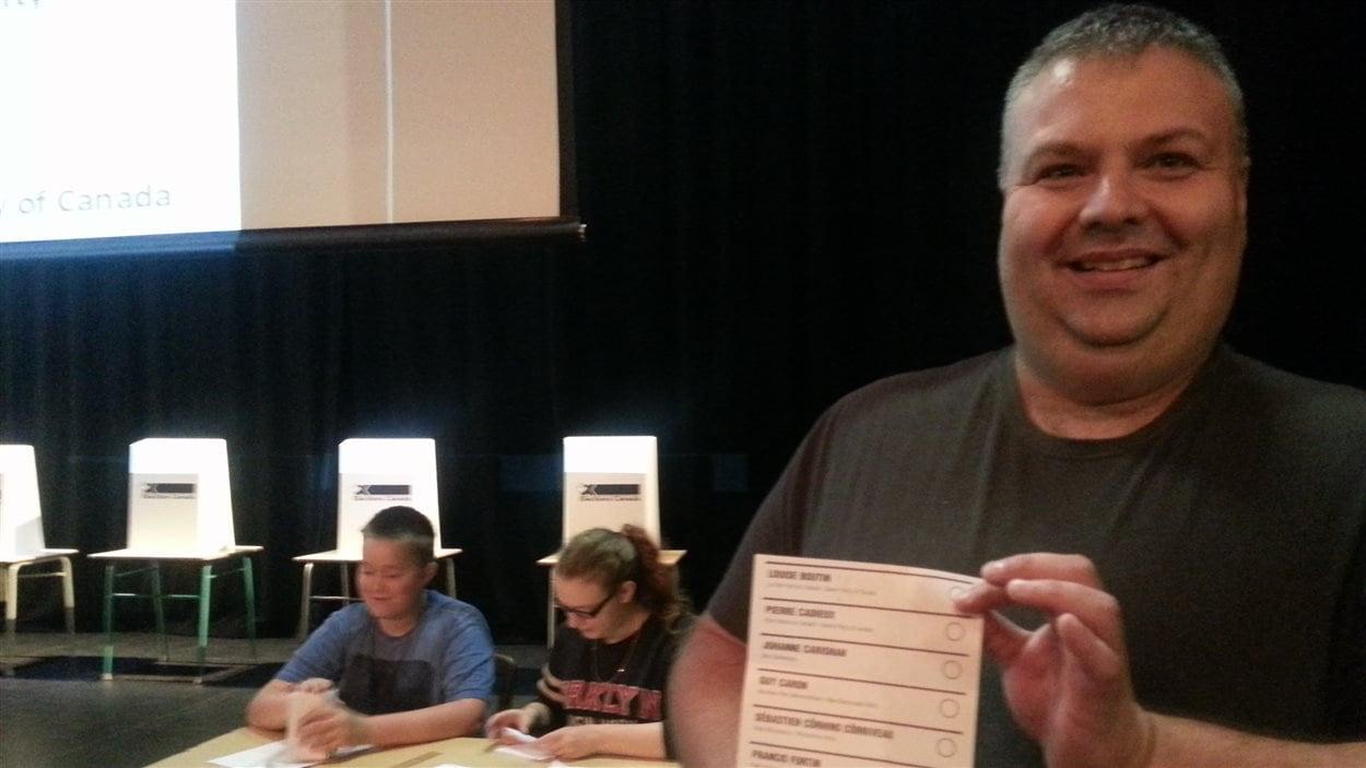 Élections Canada fournit les isoloirs, les boîtes de scrutin et des bulletins de vote. Le matériel se confond avec l'original, montre Nicolas Cantin.