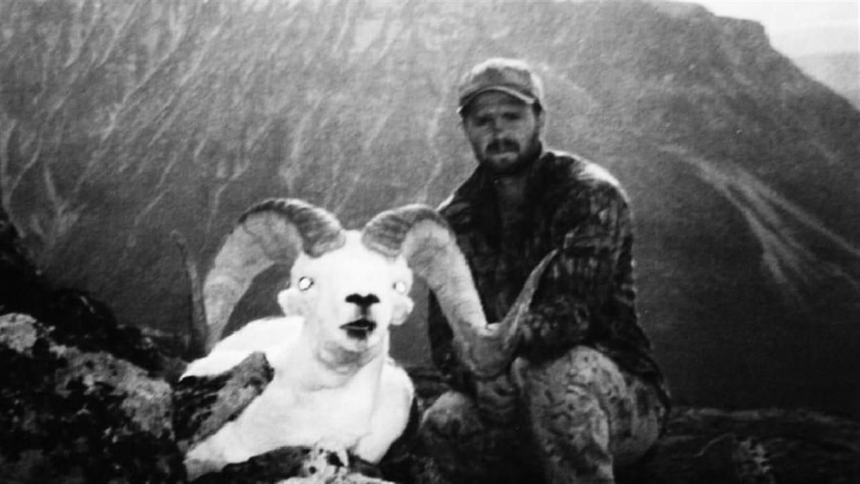 Abraham Dougan et le mouflon de Dall tué au Yukon en 1999.