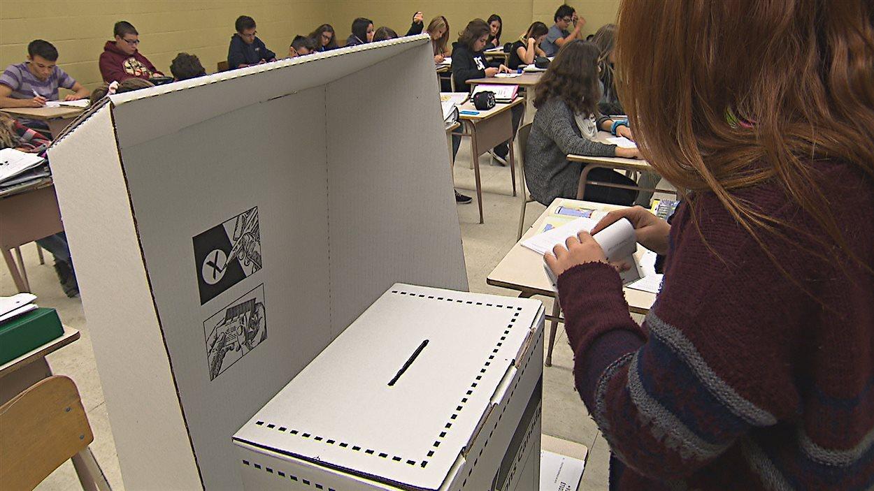 Des élèves de l'école Chavigny font une simulation de vote.