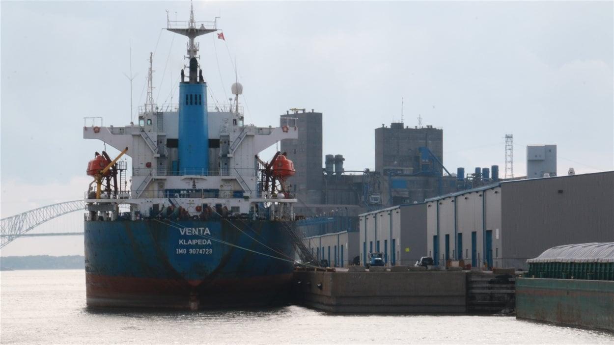 Un navire au port de Trois-Rivières