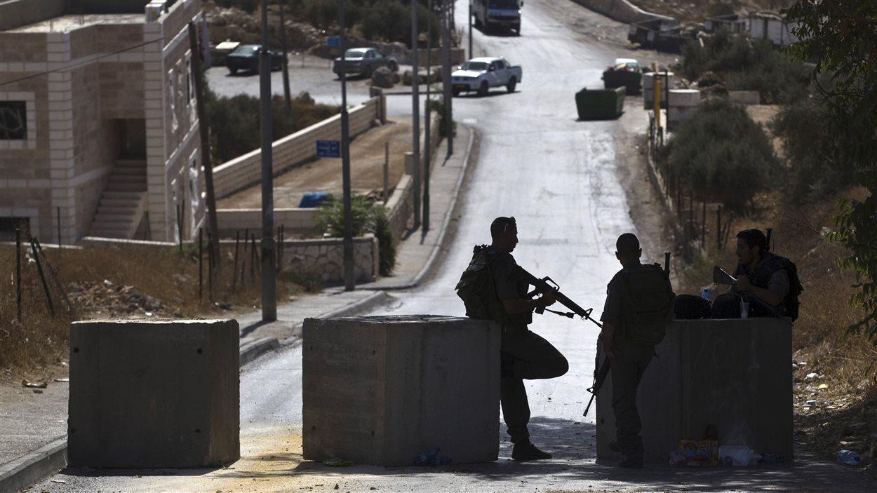 Des policiers israéliens à un poste de contrôle à Jérusalem-Est
