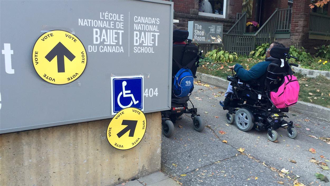 Deux personnes handicapées se rendent dans un bureau de scrutin