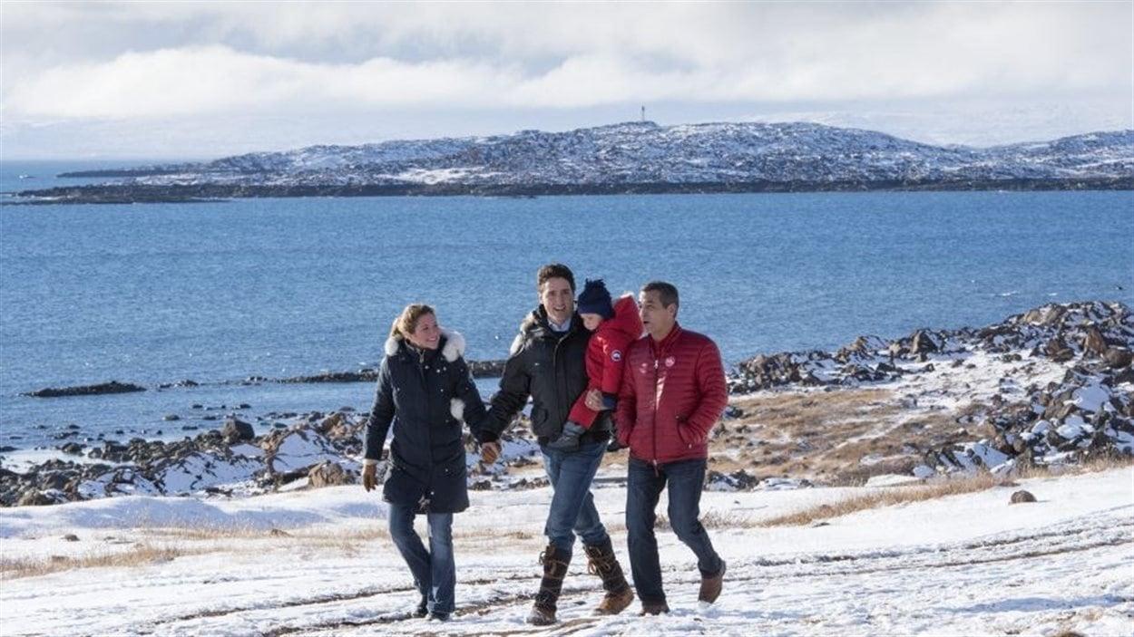 Le futur premier ministre canadien Justin Trudeau avec sa famille il y a quelques jours au Nunavut dans l'Arctique. Le Canada pourrait à Paris parler de tous ses feux sur l'environnement, retrouver sa crédibilité internationale perdue en laissant parler ses scientifiques.