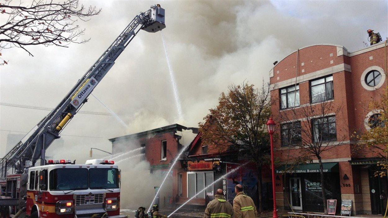 Les flammes se sont propagées aux commerces adjacents.
