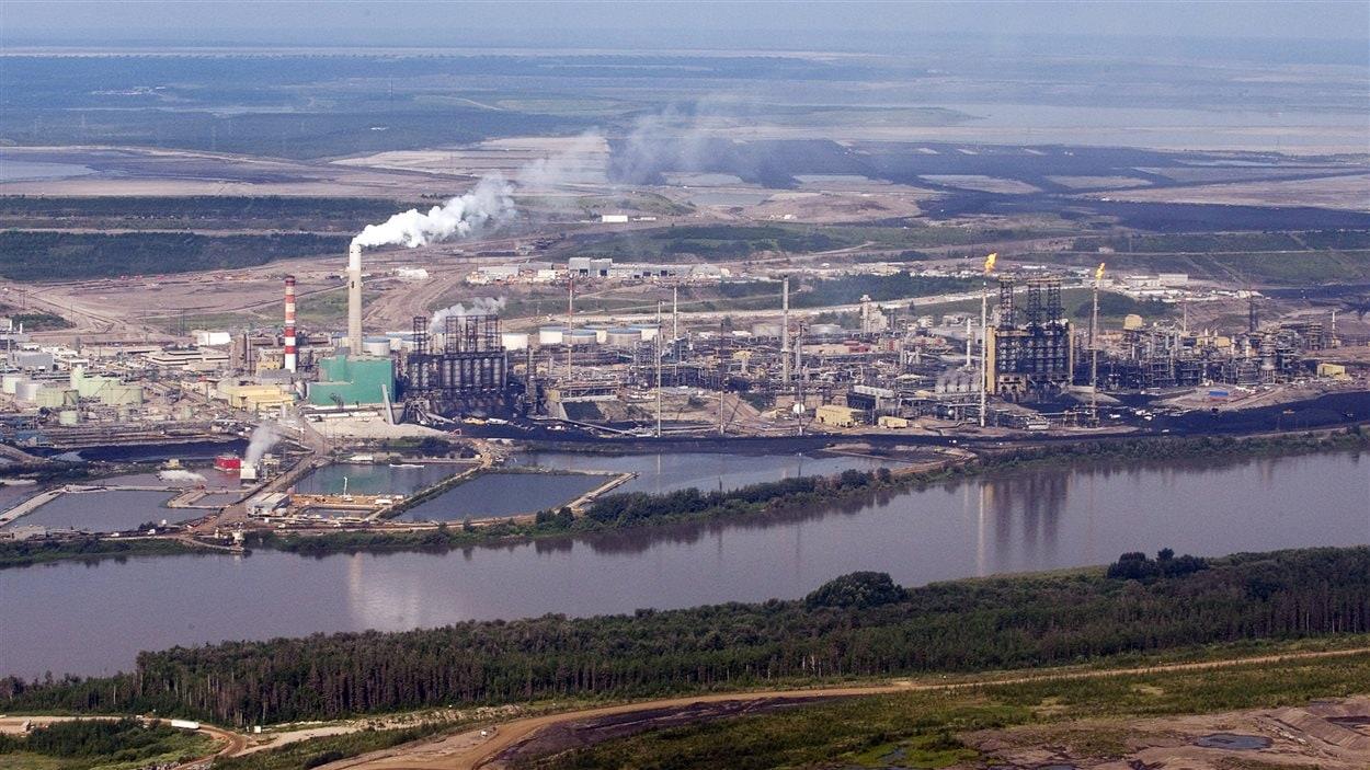 Les installations de Suncor, près de la rivière Athabasca