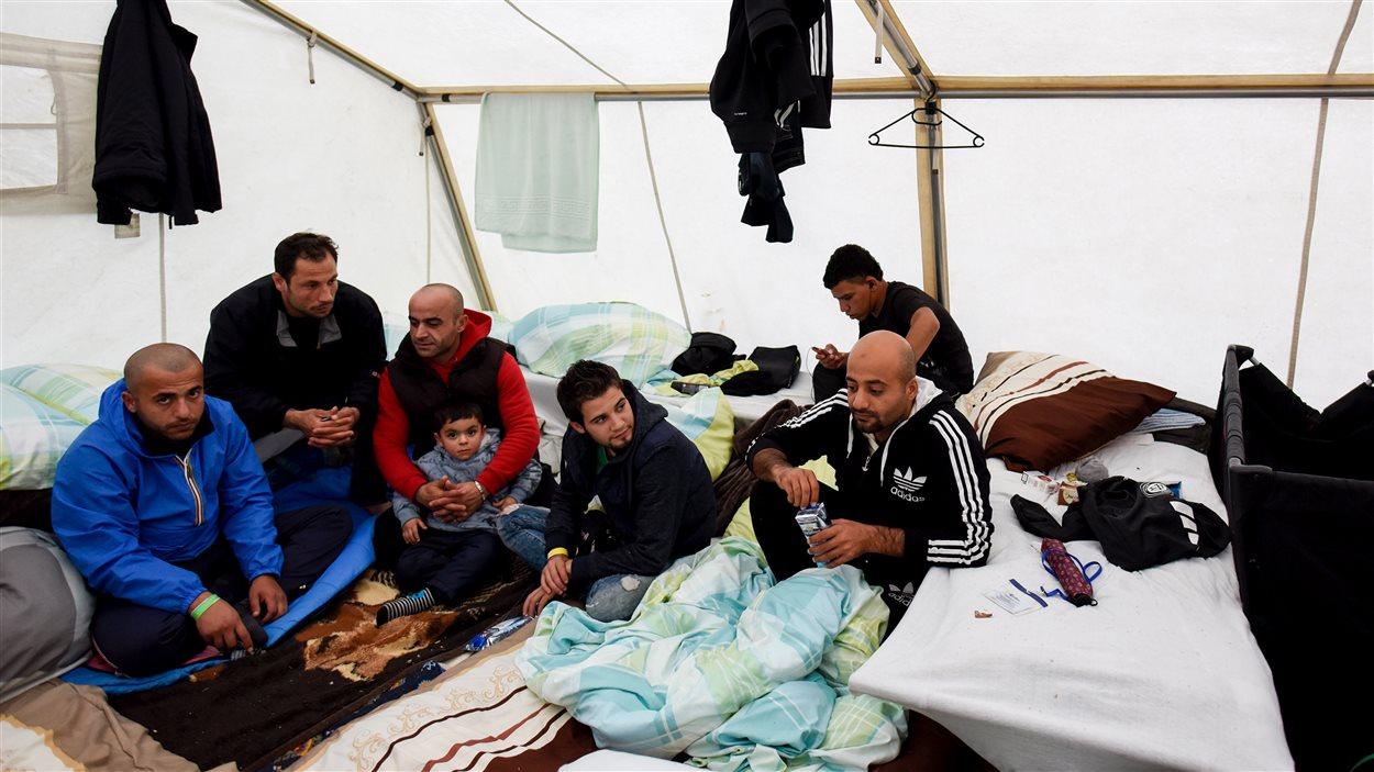 Des migrants syriens dans leur tente dans un camp de réfugiés en Allemagne