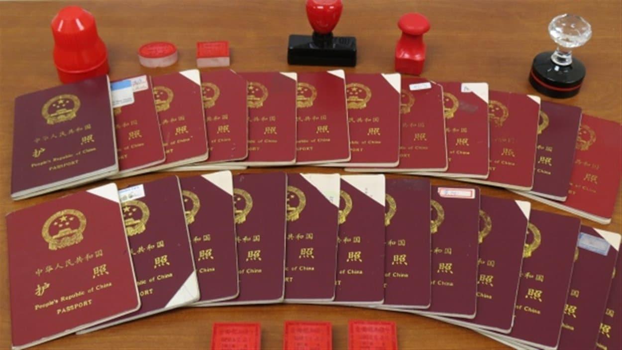 Des passeports saisis des entreprises sans permis de Xun Wang à Richmond en Colombie-Britannique.