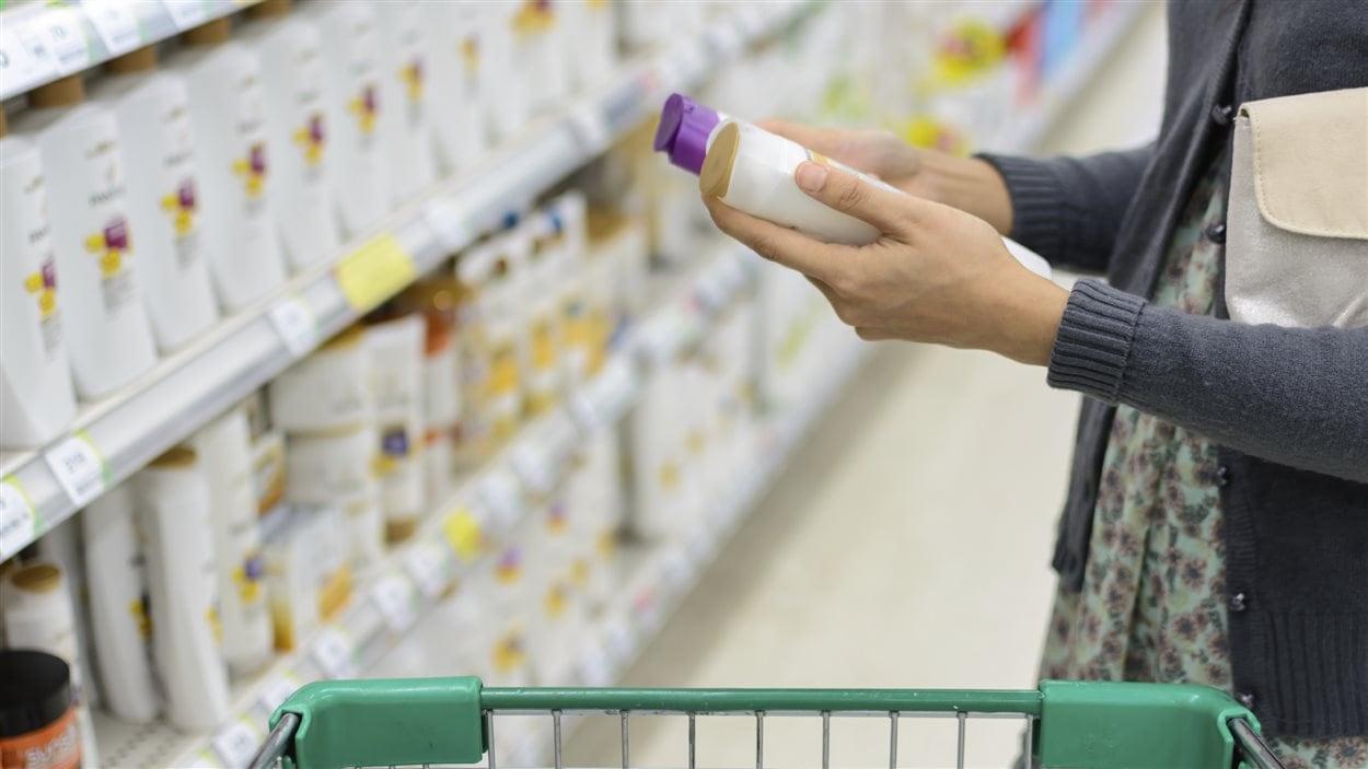 En plus des messages publicitaires sur les cosmétiques, il faut aussi prendre la peine de lire la liste des ingrédients.