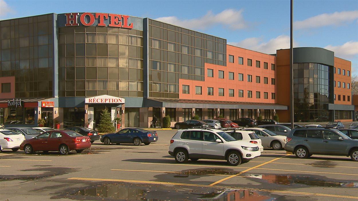 L'hôtel Ambassadeur est situé sur le boulevard Sainte-Anne à Québec.