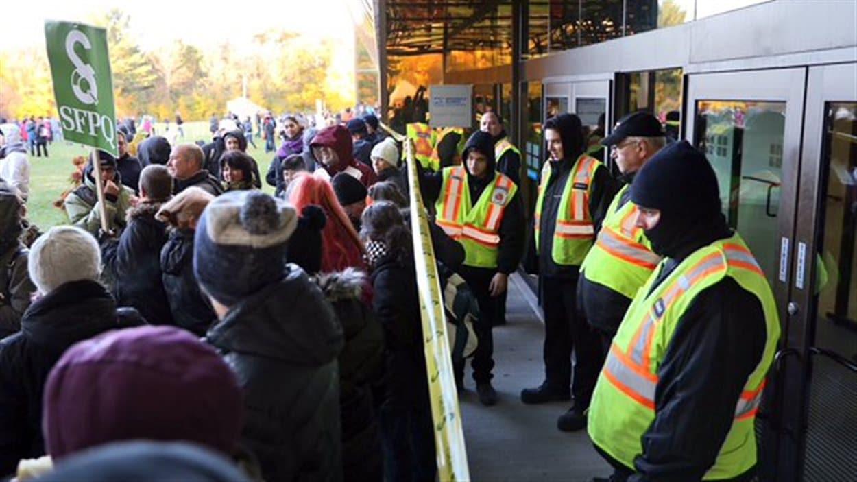 Les gardiens laissent passer les employés des services essentiels à Revenu Québec.