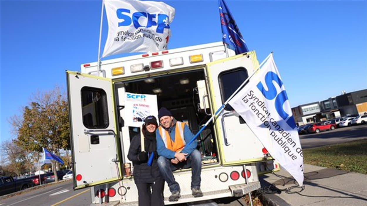 Le SCFP a transformé une ambulance en véhicule de mobilisation.