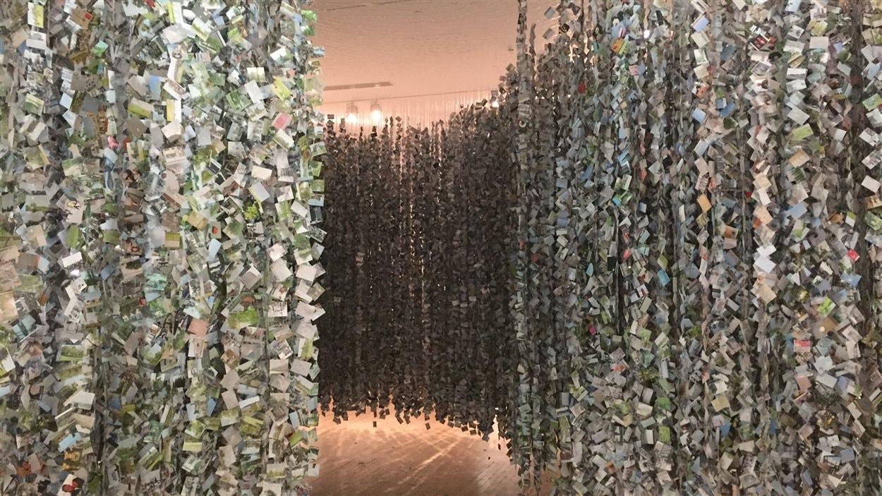 «Mémoires» présente une sculpture monumentale composée de 275 000 photographies du quotidien de l'artiste Roberto Pellegrinuzzi.