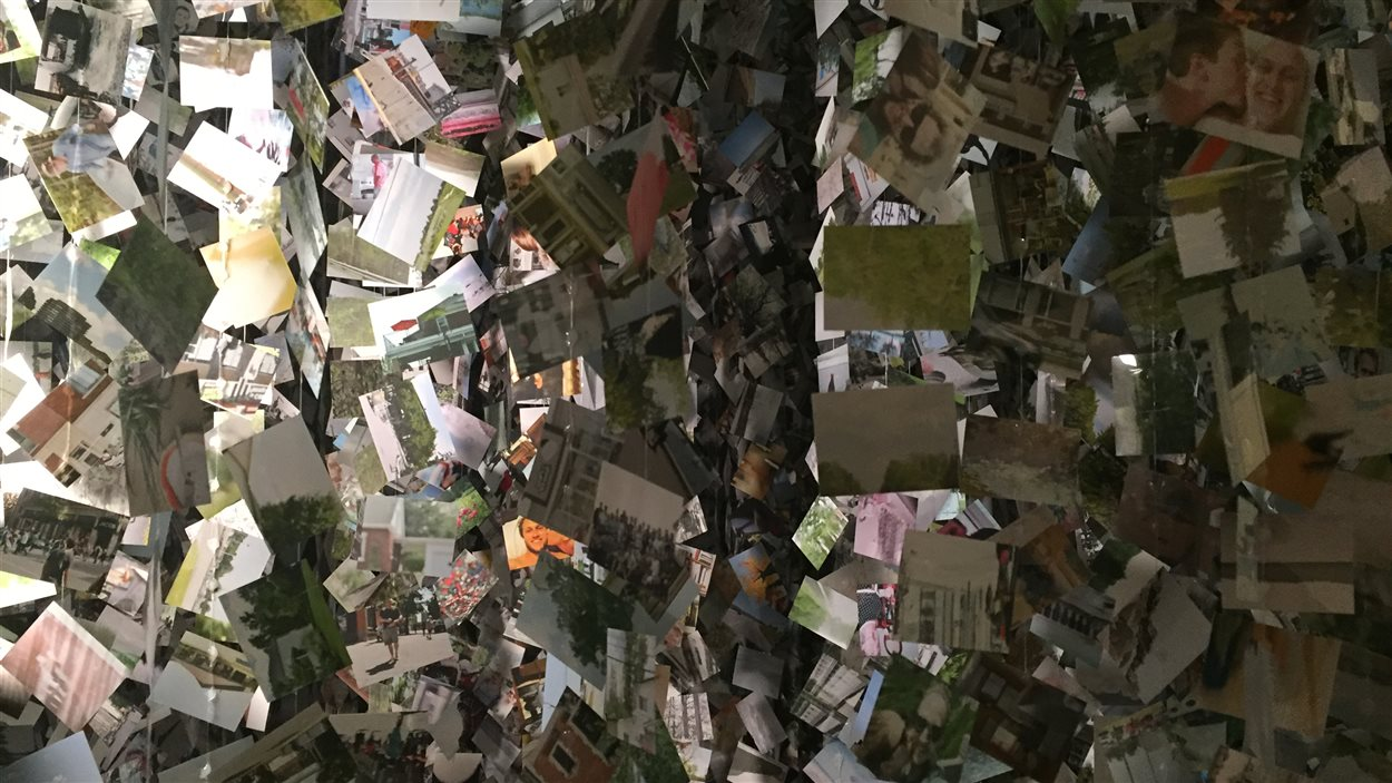 « Mémoires » présente une sculpture monumentale composée de 275 000 photographies du quotidien de l'artiste Roberto Pellegrinuzzi.