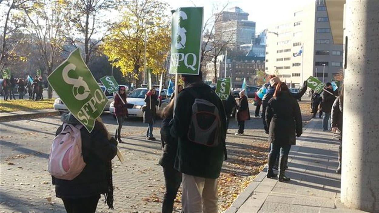 Piquets de grève aussi devant la palais de justice de Québec.