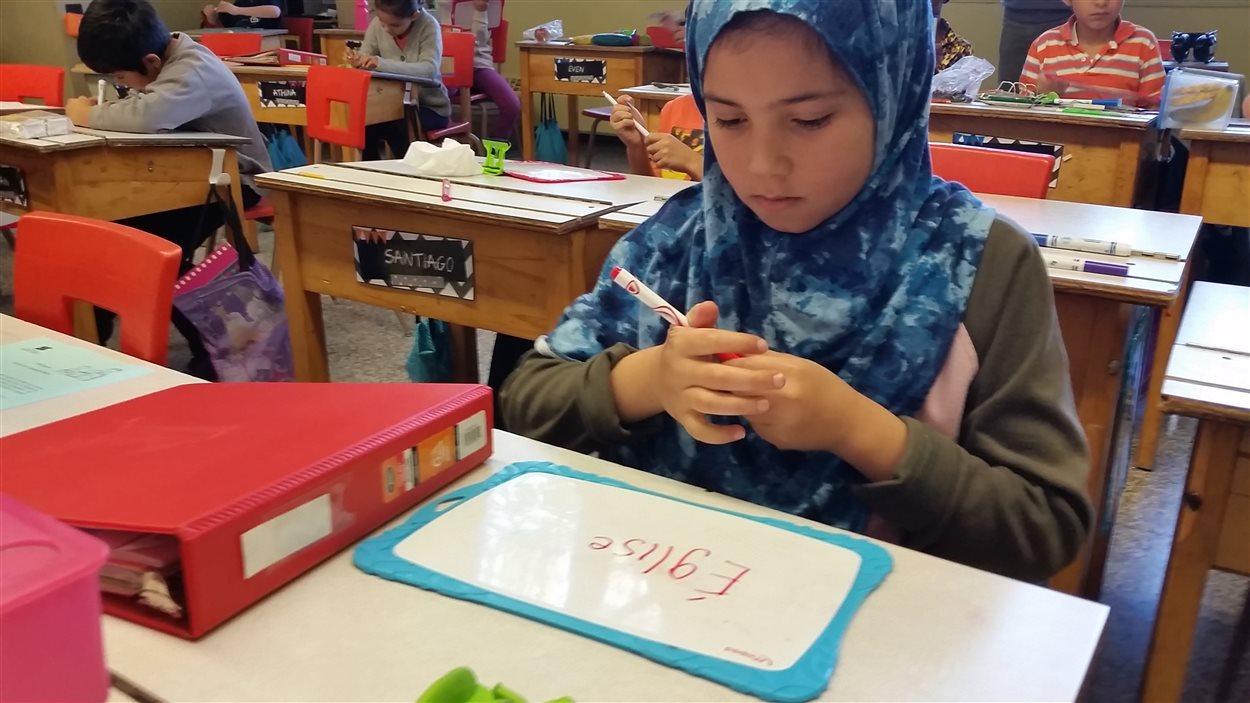 Alaa Salah, une élève de 3e année, apprend, grâce à son tableau blanc, à faire la différence entre le son «sssss» et le son «zzzz».