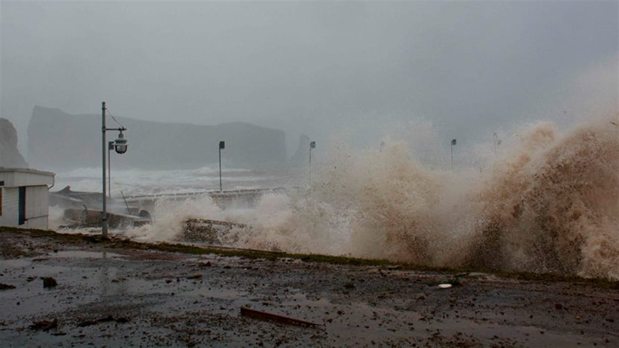 Les vagues déferlent sur Percé.