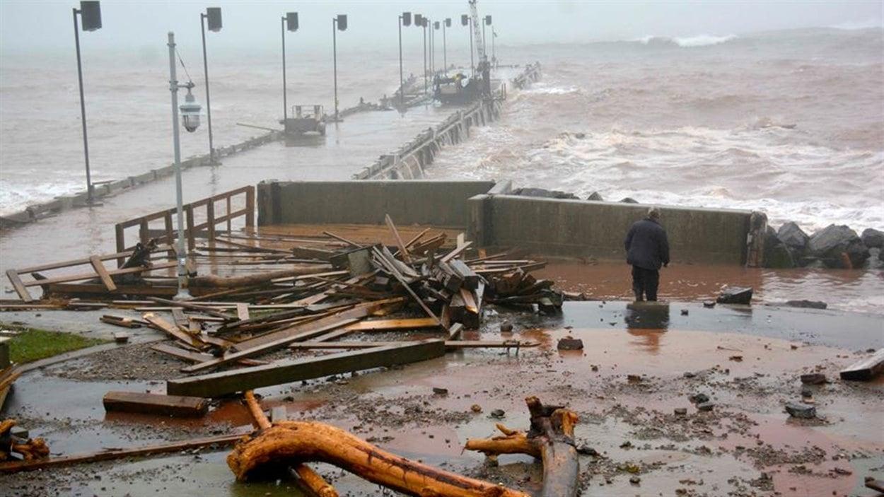 La tempête cause des dommage à la promenade de Percé.
