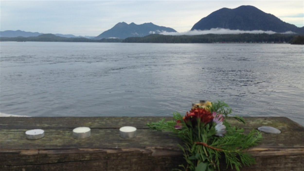 Bougies laissées en hommages aux victimes du naufrage près de Tofino. Réserve Ahousaht de l'autre coté de la baie
