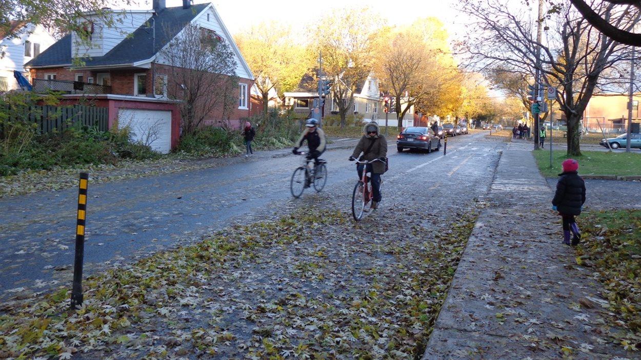 Lorsque la Ville ferme les bandes cyclables, la chaussée accueille de nouveau des espaces de stationnement.