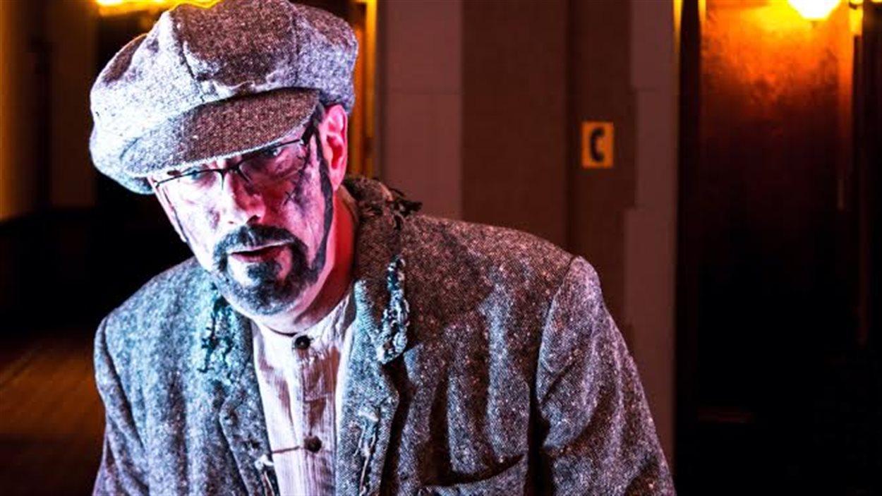 Andy, le guide du tour d'Halloween de l'hôtel Bessborough