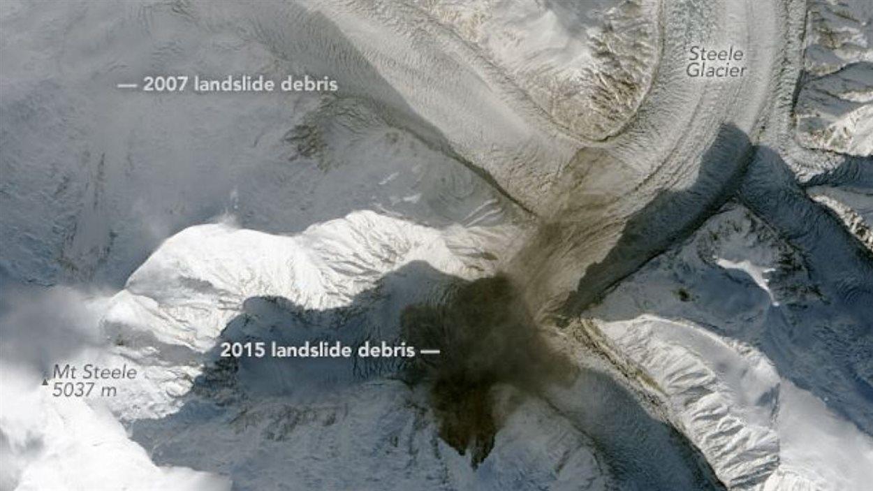 Une vu de l'espace sur l'étendue des débris du glissement de terrain du mont Steele le long du glacier Steele.