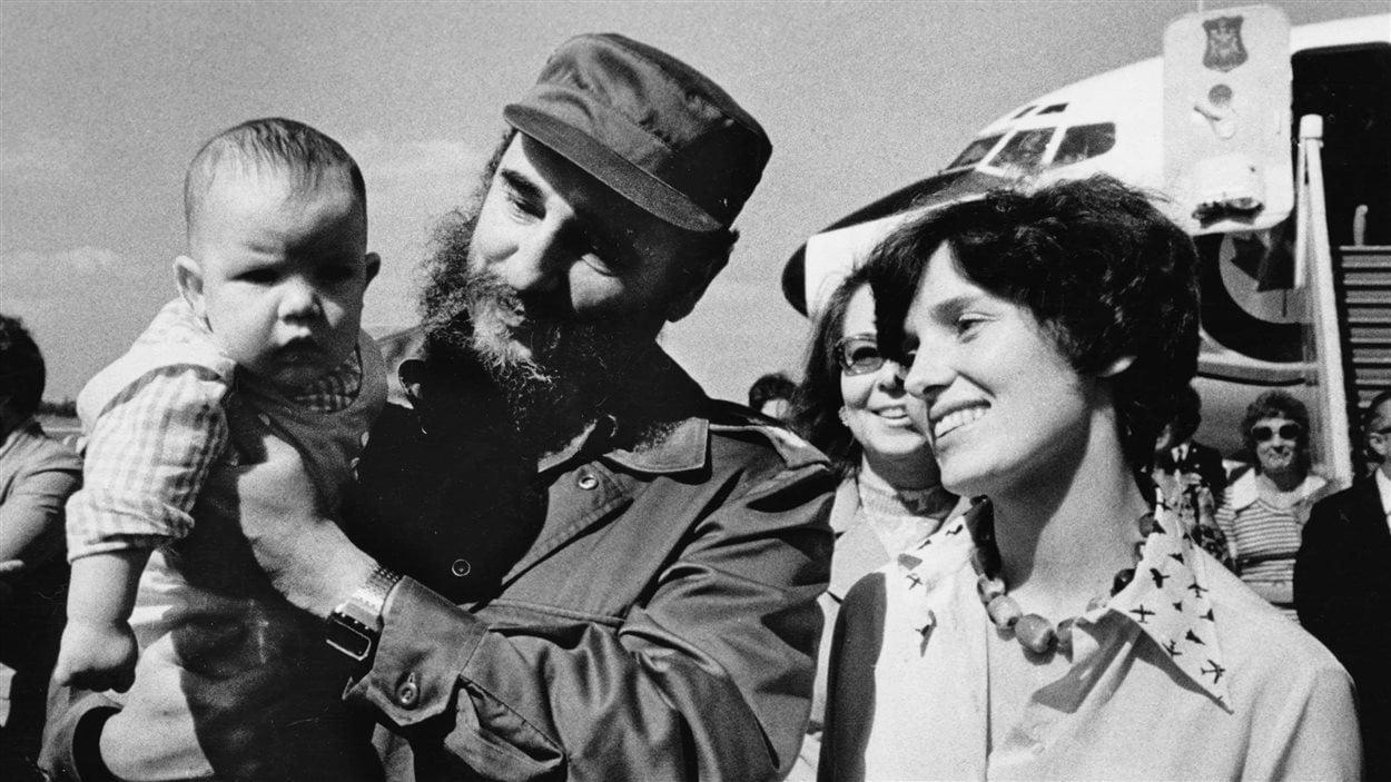 Fidel Castro tenant Michel Trudeau, 4 mois, dans ses bras, en janvier 1976.