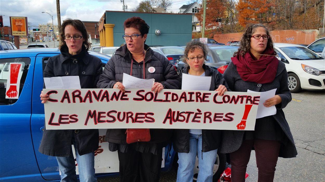 Des représentants des organismes communautaires de l'Estrie ont visité ICI Estrie lundi matin dans le cadre de leur grève de deux jours.