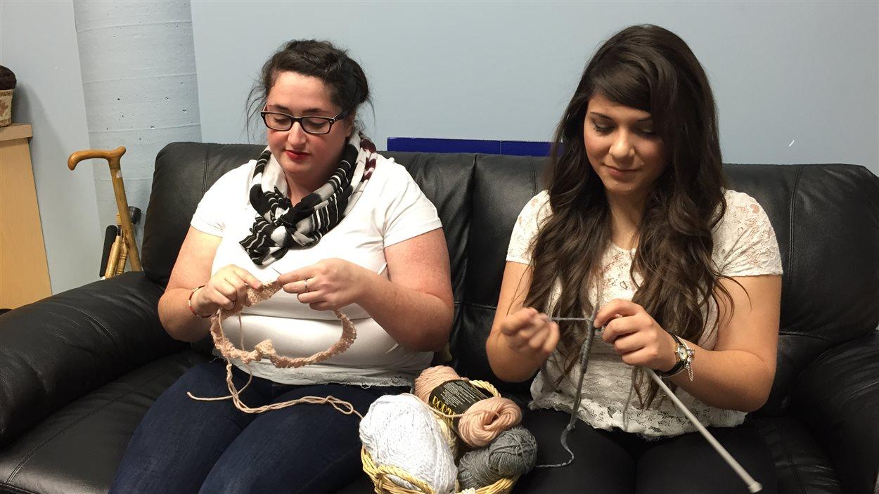 Katelyn Sutton et Natasha Chartier sont les fondatrices du club de tricot.