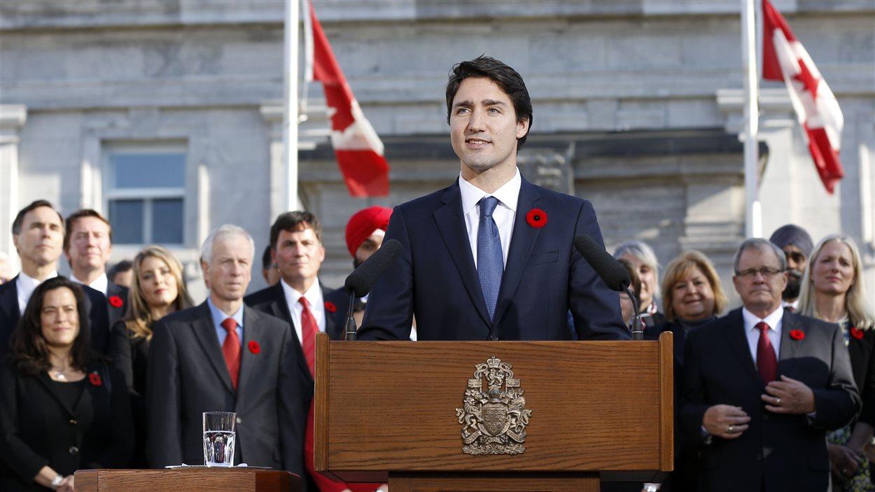 Justin Trudeau accompagné des ministres nouvellement nommés de son Cabinet