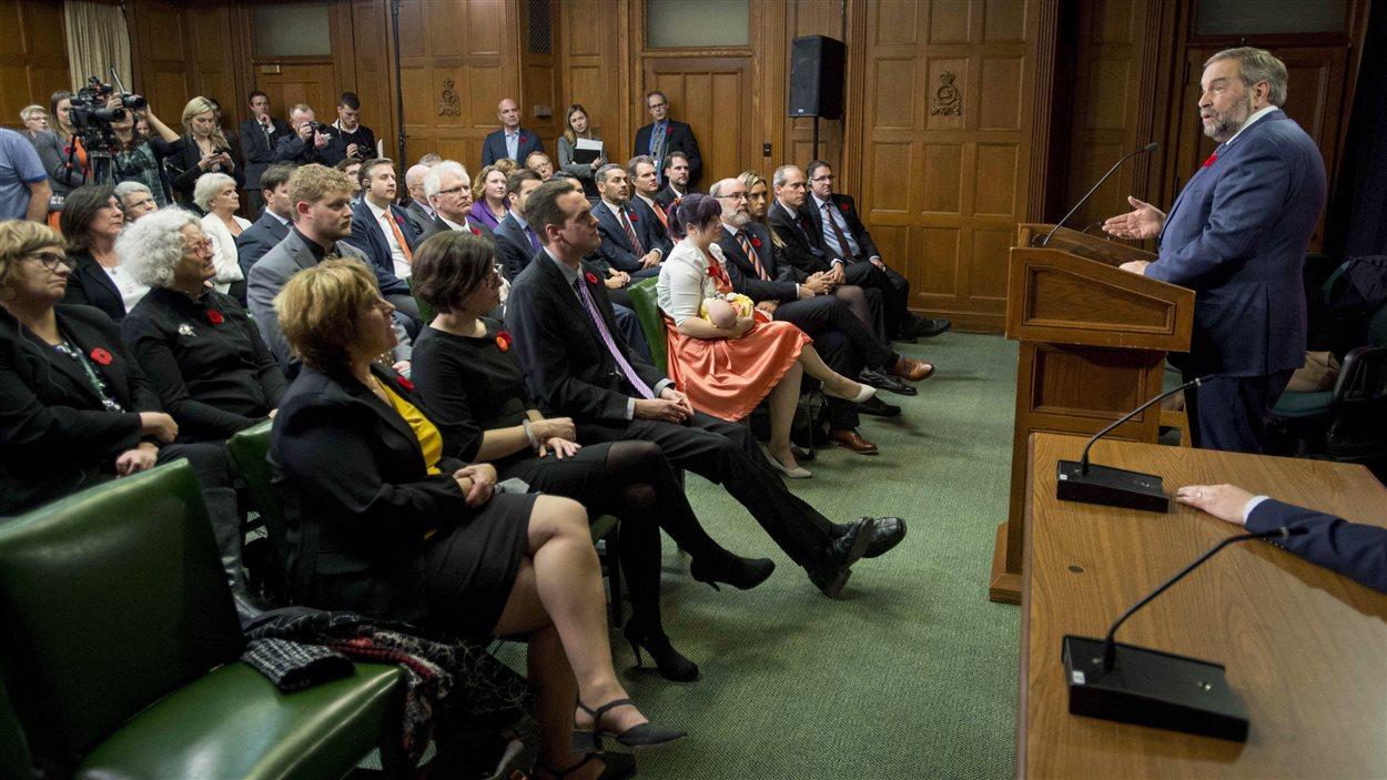 Thomas Mulcair, chef du NPD, s'adresse aux membres de son caucus.