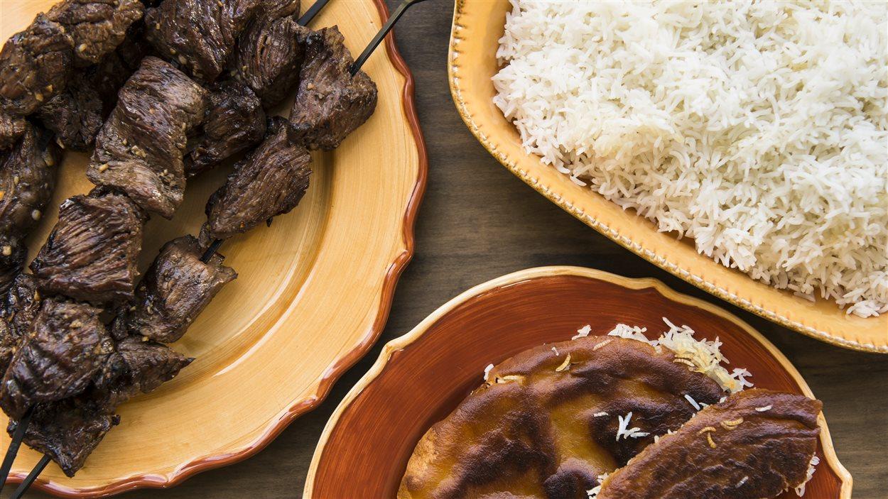 Riz croustillant et brochettes de bœuf mariné à l'ail