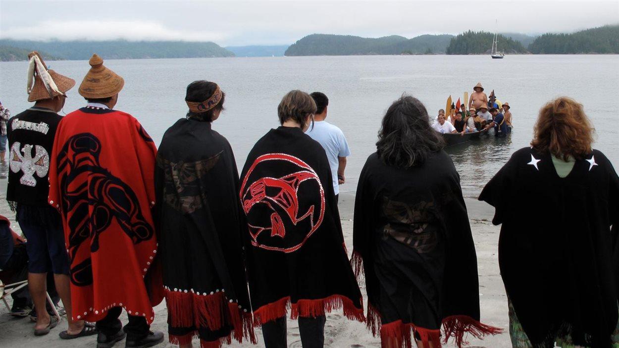 Des membres de la Première Nation Ahousaht, près de Tofino, sur la côte ouest de l'île de Vancouver en Colombie-Britannique.
