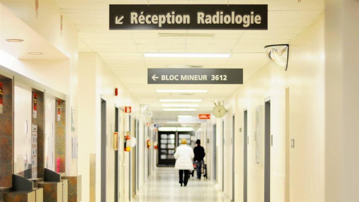 Corridor du département de radiologie qui mène à l'unité d'angiographie du CHUS.