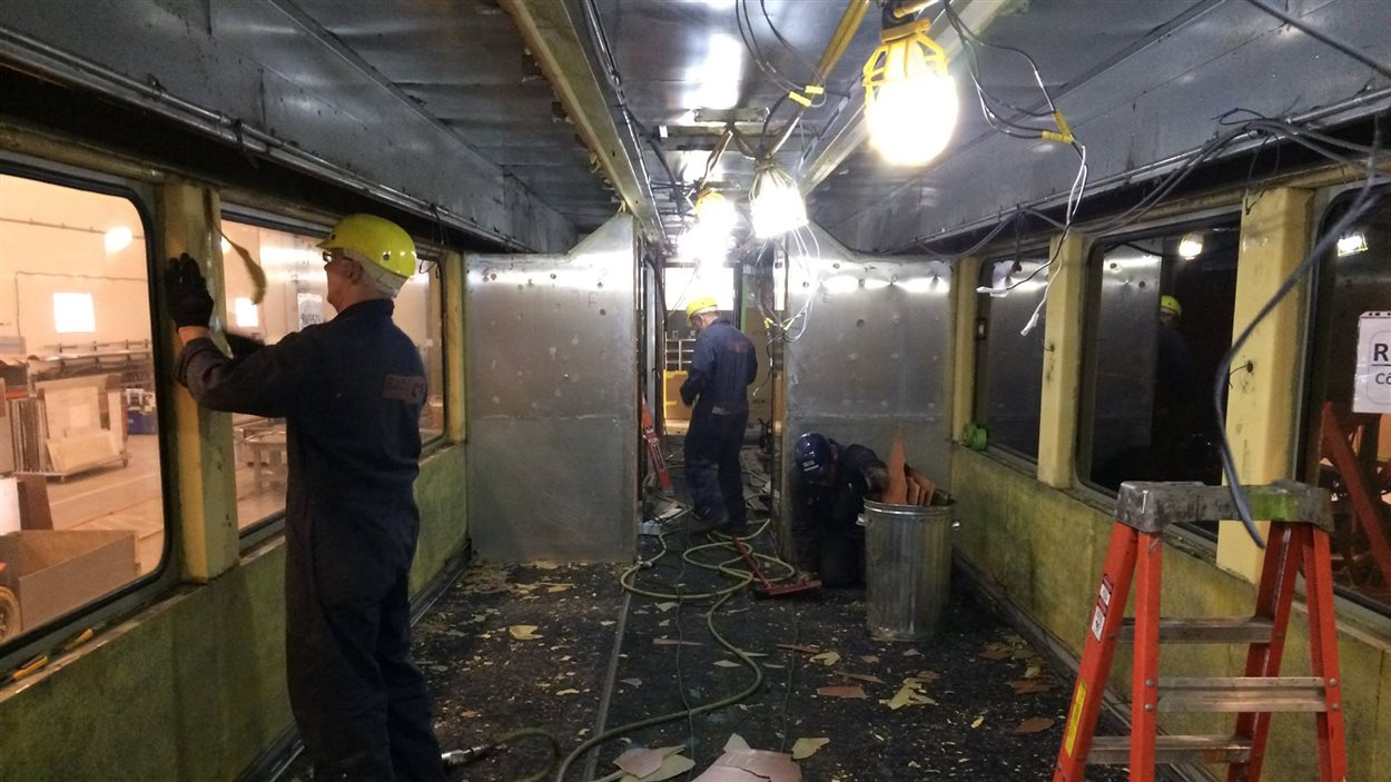 À l'heure actuelle, 25 employés s'affairent à démonter les wagons afin de tout rebâtir en neuf. Ici, on voit la salle à manger. La photo suivante vous donnera un aperçu du résultat final!