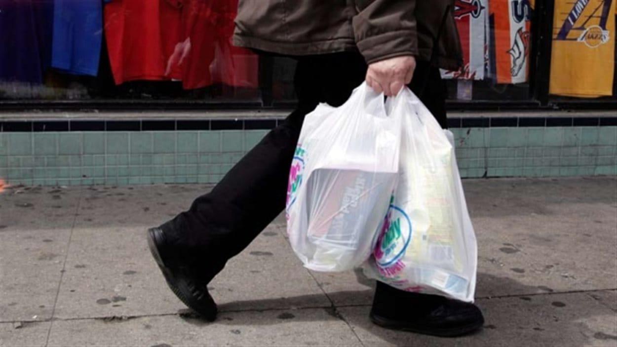 Selon la Fondation Surfrider, 2,86 milliards de sacs plastique sont utilisés chaque année au Canada, soit une moyenne de 200 par personne.