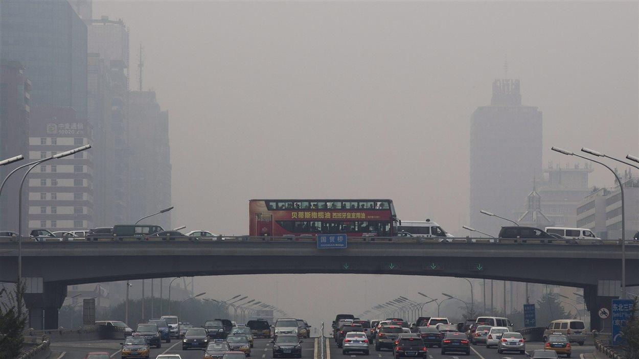En dépit des mesures prises par les autorités de Pékin pour limiter la pollution créée par les véhicules, la capitale chinoise est souvent plongée dans un important smog. (22 septembre 2015)