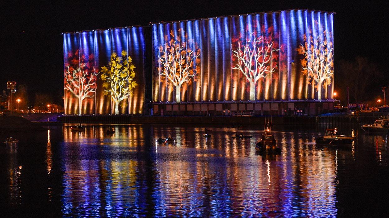 Les silos illuminés sur les berges du lac Érié à Buffalo.