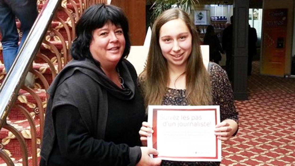 La gagnante du concours d'écriture « L'écorce fabuleuse », Laurence Côté, en compagnie de Barbara Dionne, de Radio-Canada