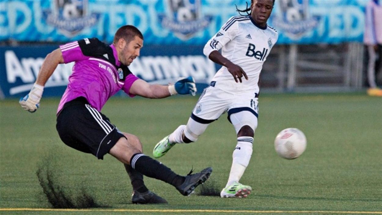 Des joueurs de soccer qui jouent sur un terrain synthétique à Vancouver en Colombie-Britannique.