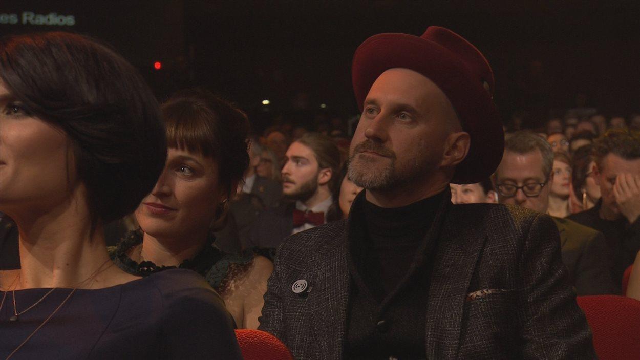 Lors du gala de l'ADISQ, de nombreux artistes, dont Joseph Edgar, portaient une épinglette en appui au mouvement «Notre musique, on veut l'entendre».