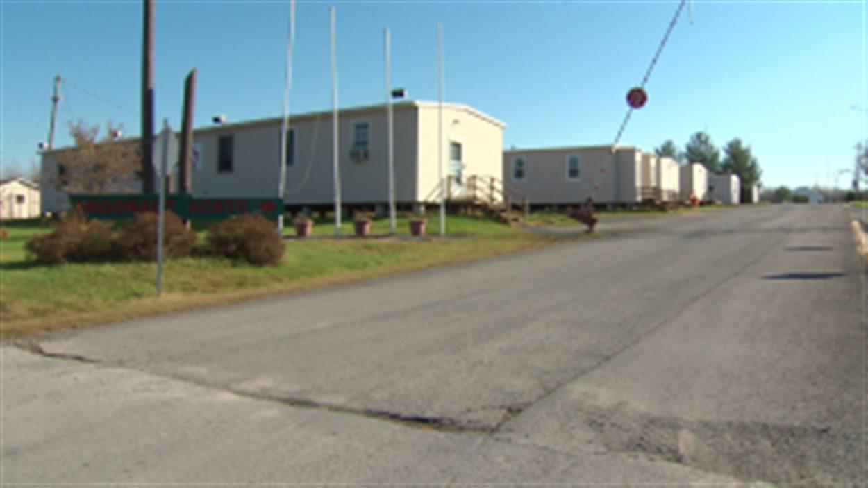 Ces maisons mobiles servent à héberger des centaines de cadets, l'été, au camp Argonaut.