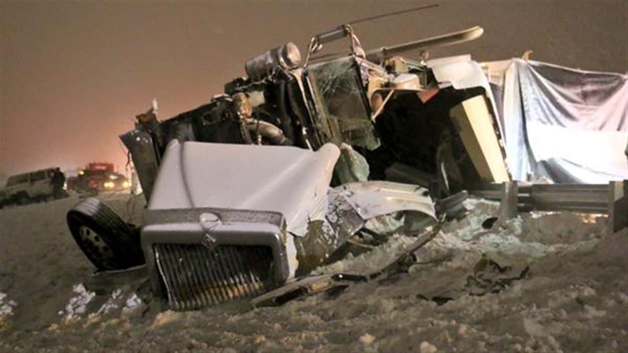 Les camions lourds sont parfois ciblés par des conducteurs qui veulent s'enlever la vie sur l'autoroute
